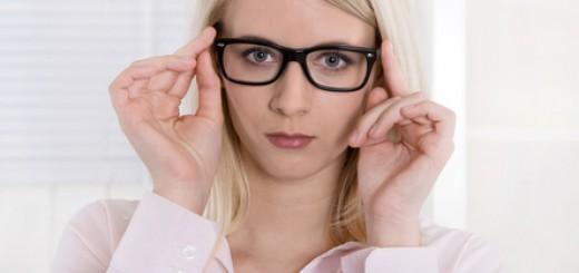 Ernste Frau mit Brille